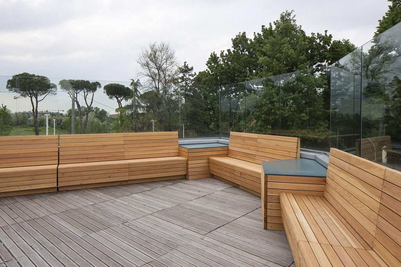 Panchine in legno, pavimento in legno da esterno