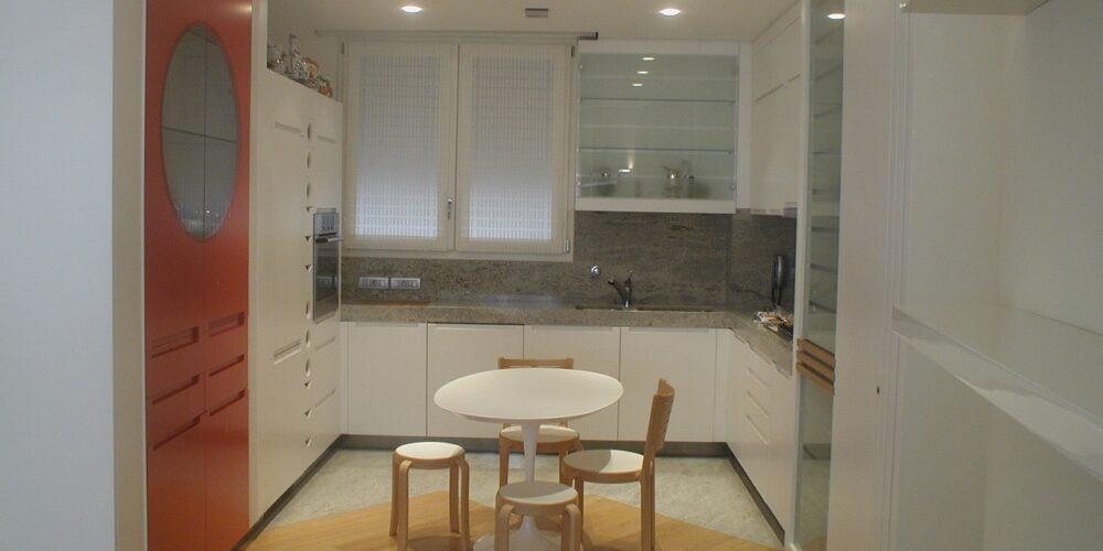 Cucina in legno laccato bianco e rosso